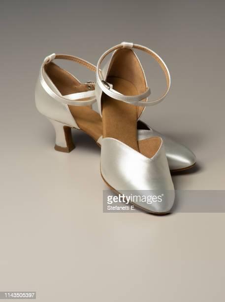 ivory wedding shoes for female dancers - pump schoen stockfoto's en -beelden