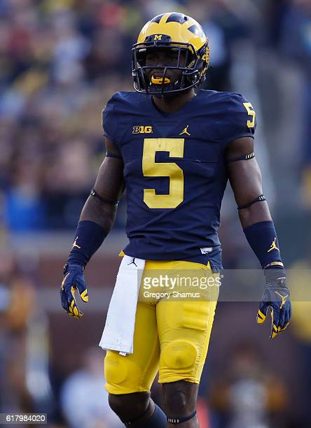 Jabrill Peppers of the Michigan Wolverines prepares for a snap while playing the Illinois Fighting Illini on October 22 2016 at Michigan Stadium in...