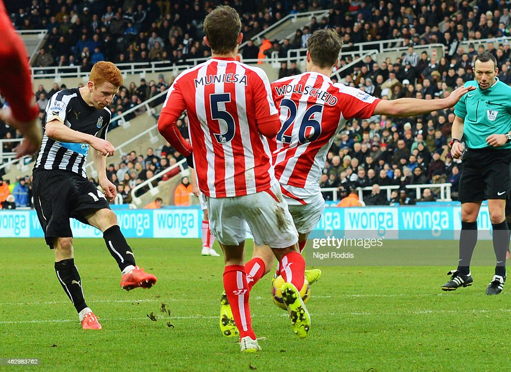 Jack Colback of Newcastle United (L) scores their first goal during the Barclays Premier League match between Newcastle United and Stoke City at St James' Park on February 8, 2015 in Newcastle upon Tyne, England.
