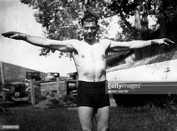 Jack Dempsey *24061895 boxer USAwith arms wide open showing his span of 73 inch date unknown probably 1920ies photo by Walter Gircke