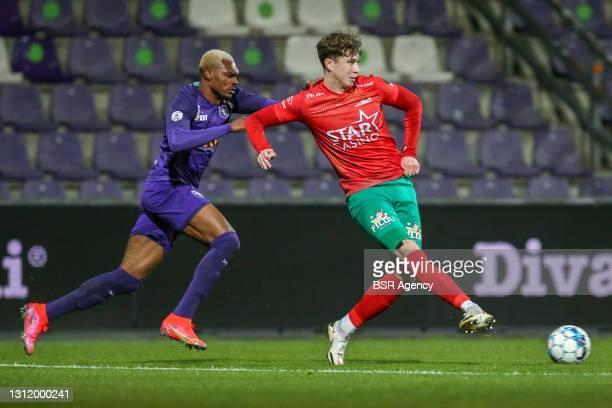 Jack Hendry of KV Oostende and Blessing Eleke of KFCO Beerschot-Wilrijk during the Jupiler Pro League match between KFCO Beerschot-Wilrijk and KV...