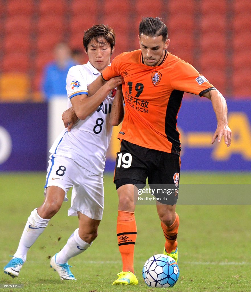 Jack Hingert of the Roar and Doi Shoma of the Antlers challenge for the ball during the AFC Asian Champions League Group Stage match between the Brisbane Roar and Kashima Antlers at Suncorp Stadium on April 12, 2017 in Brisbane, Australia.