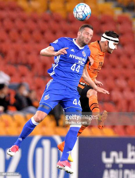 Jack Hingert of the Roar and Ivan Kovacec of Ulsan Hyundai challenge for the ball during the AFC Asian Champions League Group Stage match between the...