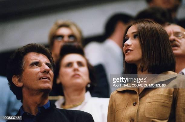 Jack Lang et Carla Bruni dans les tribunes du stade lors de la finale 12 juillet 1998 Saint Denis France