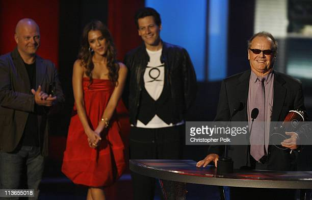 """Jack Nicholson accepts Best Villain award for """"The Departed"""" from presenters Michael Chiklis Jessica Alba and Ioan Gruffudd"""