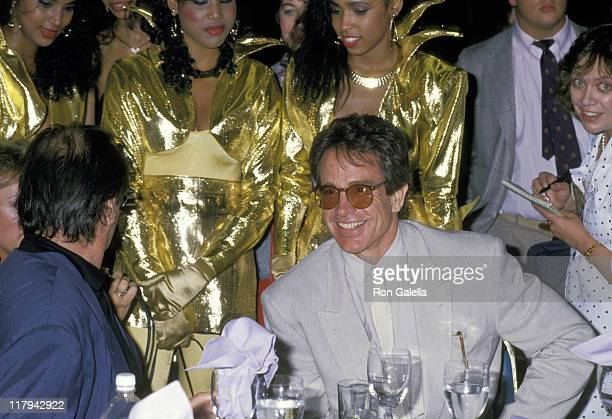 Jack Nicholson and Warren Beatty during Mike Tyson vs Michael Spinks Fight at Trump Plaza June 27 1988 at Trump Plaza in Atlantic City New Jersey...