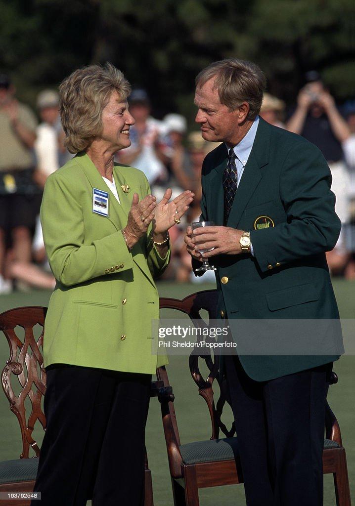 Jack And Barbara Nicklaus At The Augusta National Golf Club : ニュース写真