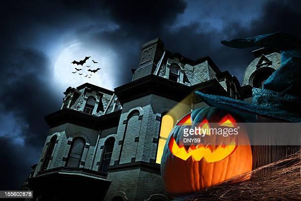 Lanterna de Halloween assombrado na frente da mangueira