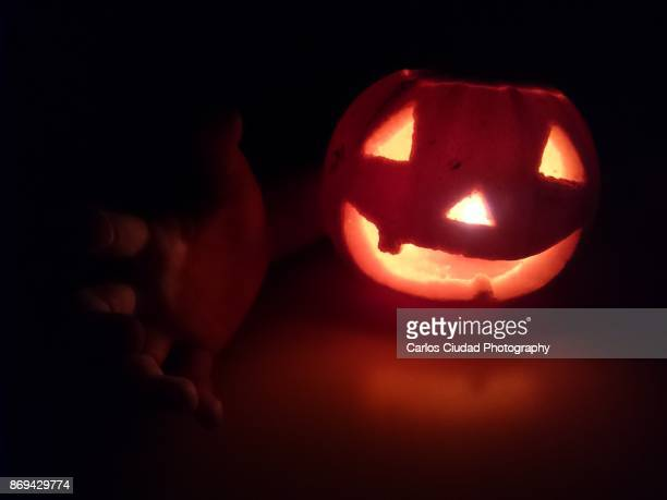 jack o' lantern with human hand glowing in the dark - candle in the dark imagens e fotografias de stock