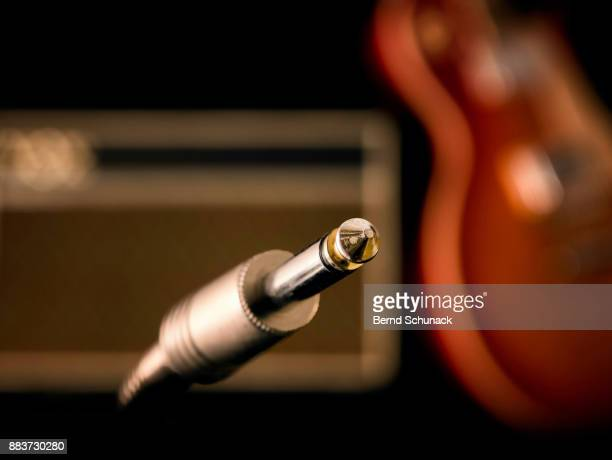 jack plug, electric guitar and amp - bernd schunack stock-fotos und bilder