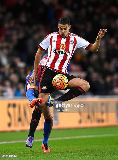 Jack Rodwell of Sunderland controls the ball under pressure of Yohan Cabaye of Crystal Palace during the Barclays Premier League match between...