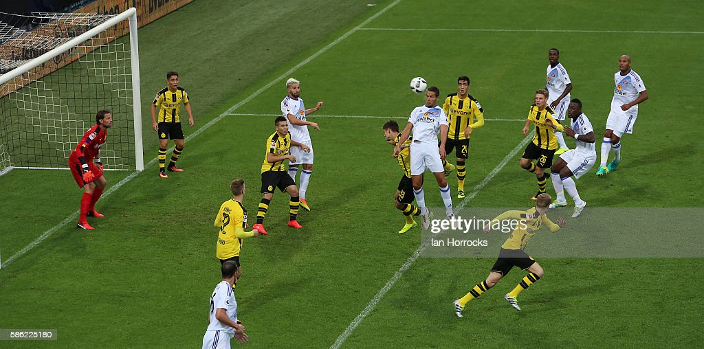 Jack Rodwell of Sunderland (C) heads the ball toward goal during the pre-season friendly match between Sunderland AFC and Borussia Dortmund at Cashpoint Arena on August 5, 2016 in Altach, Austria.