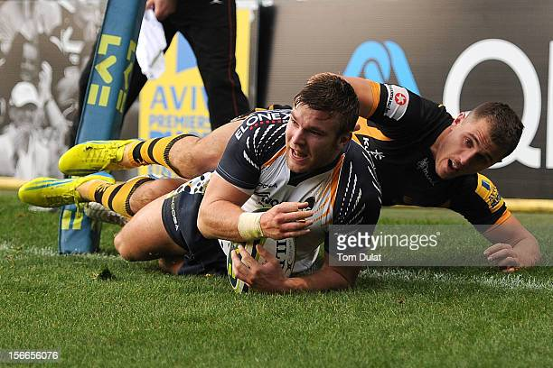 Jack Wallace of London Wasps fails to stop Andy Short of Worcester Warriors from scoring a try during the LV= Cup match between London Wasps and...