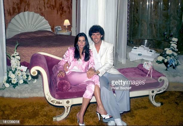 Jack White Ehefrau MarieLouise Gassen Las Vegas Nevada USA Amerika Sofa Ottemane Kleid Bett Hochzeitsbett Blumen Ehemann Schauspielerin Produzent...