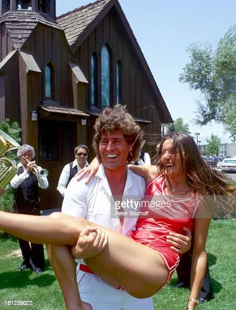 Jack White Ehefrau MarieLouise Gassen Las Vegas Nevada USA Amerika Trauungszeromonie in kleiner Kirche des Westens Hochzeit Kirche kurze Hose lachen...