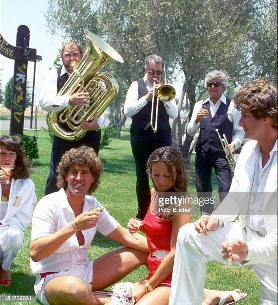 Jack White Ehefrau MarieLouise Gassen Las Vegas Nevada USA Amerika Trauungszeromonie in kleiner Kirche des Westens Hochzeit Gäste Sektglas trinken...
