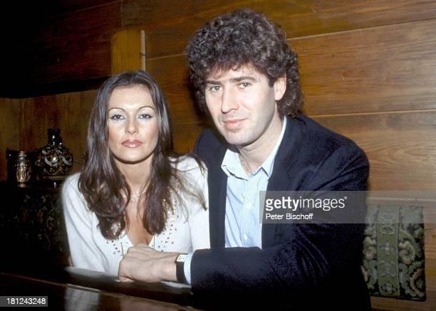 Jack White Ehefrau MarieLouise Gassen PresseParty in KayÏs Bistro Deutschland sitzend Ehemann Tisch Schauspielerin Produzent Komponist LT