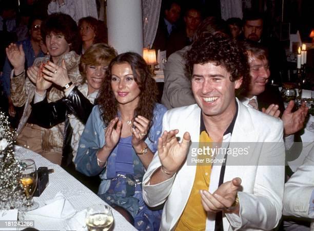 Jack White Ehefrau MarieLouise Gassen PresseParty in KayÏs Bistro München Deutschland Glas klatschen Anzug Kleid lachen Ehemann Gäste Schauspielerin...