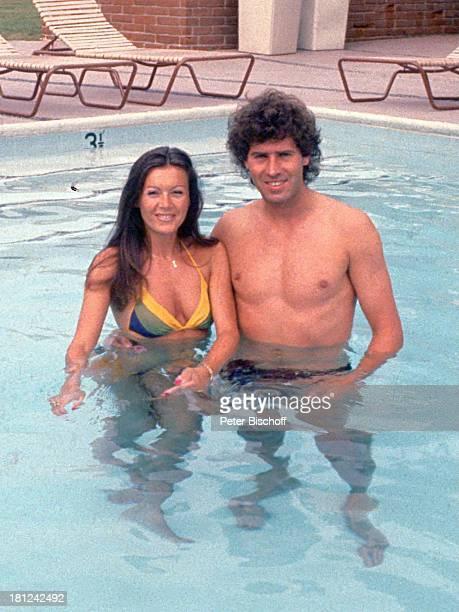 Jack White Lebensgefährtin MarieLouise Gassen Las Vegas Nevada Amerika USA Wasser Pool Bikini stehend Liegestühle Freund Produzent Komponist...