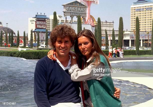 Jack White Lebensgefährtin MarieLouise Gassen Las Vegas Nevada USA Amerika Caesars Palace Hotel Casino Brunnen Wasser sitzend Urlaub Freund Umarmung...