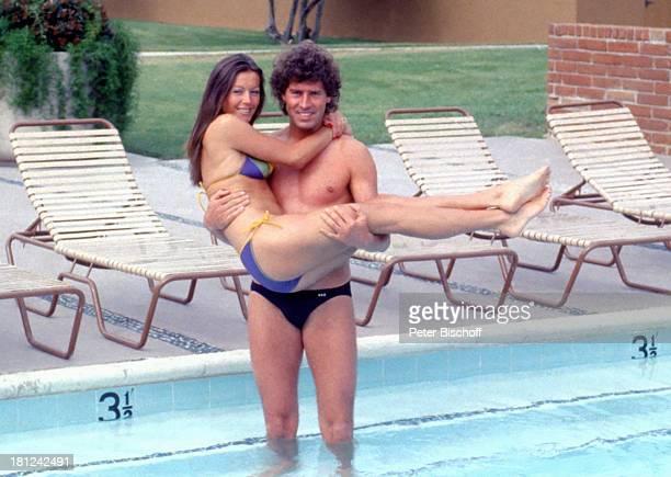 Jack White Lebensgefährtin MarieLouise Gassen Las Vegas Nevada USA Amerika Wasser Pool stehend auf dem Arm Umarmung Liegestühle Freund Urlaub...