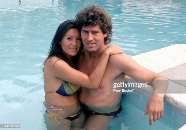 Jack White Lebensgefährtin MarieLouise Gassen Las Vegas Nevada USA Amerika Wasser Pool Bikini stehend Umarmung umarmen Freund Produzent Komponist...