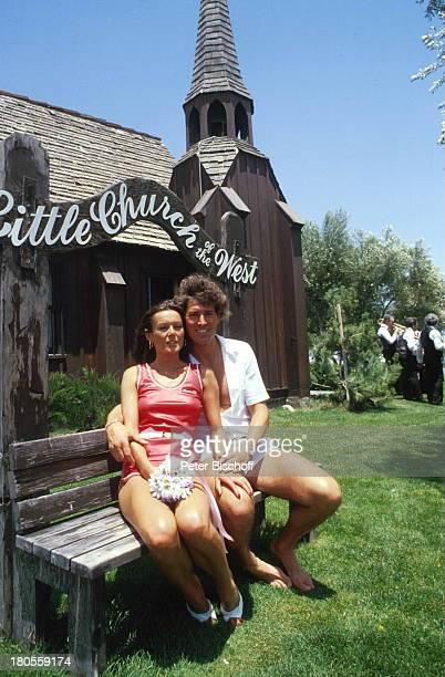 Jack White MarieLouise Gassen Las Vegas Nevada USA Trauungszeromonie in kleiner Kirche des Westens Hochzeit Heirat Braut Bräutigam Ehemann umarmen...