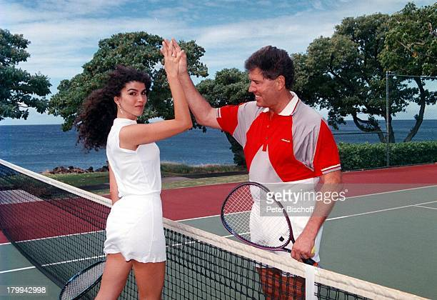Jack White mit Ehefrau Janine auf dem TennisPlatz vom 'Mauna Kea Beach Hotel' Big Island Hawaii USA Nordamerika Urlaub Schläger einklatschen...
