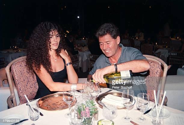 Jack White mit Ehefrau Janine Big Island Hawaii USA Nordamerika Urlaub Ausflug zum Hapuna Beach Prince Hotel AbendEssen Getränk einschenken Speisen...