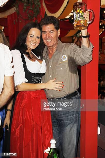 Jack White Mit Freundin Raffaela Beim Stammtisch Von Baldessarini Im Hippodrom Auf Dem Oktoberfest In München