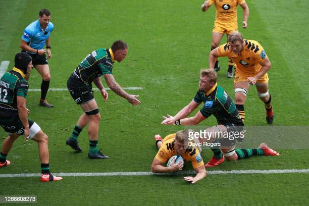 Jack Willis of Wasps dives over to score his side's second try during the Gallagher Premiership Rugby match between Northampton Saints and Wasps at...