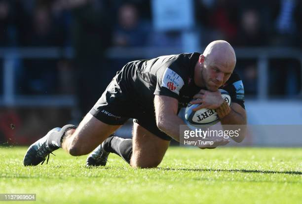 Jack Yeandle of Exeter Chiefs touches down to score their second try during the Gallagher Premiership Rugby match between Exeter Chiefs and Bath...