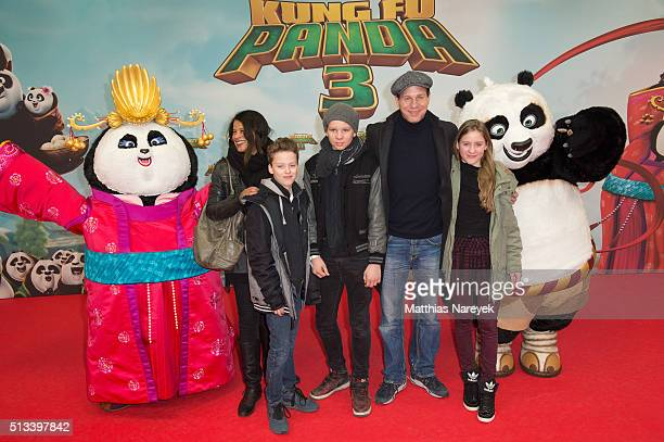 Jackie Brown Thomas Heinze and his children Sam Lucille and Lennon attend the German premiere of the film 'Kung Fu Panda 3' at Zoo Palast on March 2...