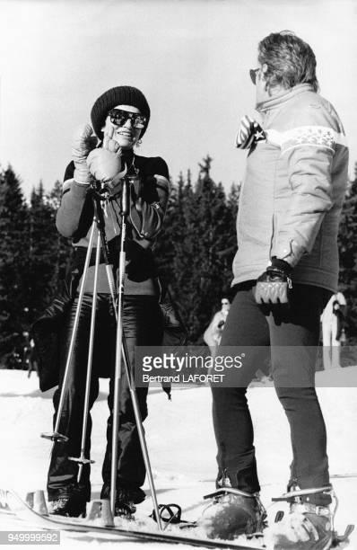 Jackie Kennedy accompagnée d'un d'un moniteur de ski le 2 janvier 1975 à Gstaadt Suise