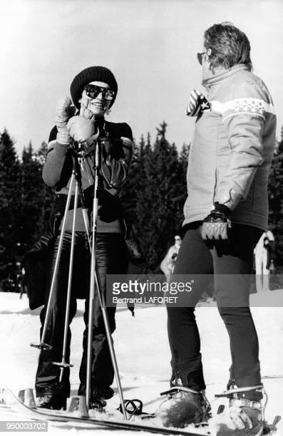 Jackie Kennedy-Onassis avec un moniteur de ski à Gstaad, Suisse, en janvier 1975.
