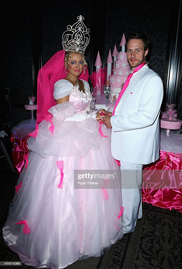 Jackie O And Lee Henderson Pose During Kyle S Fat Gypsy Wedding At