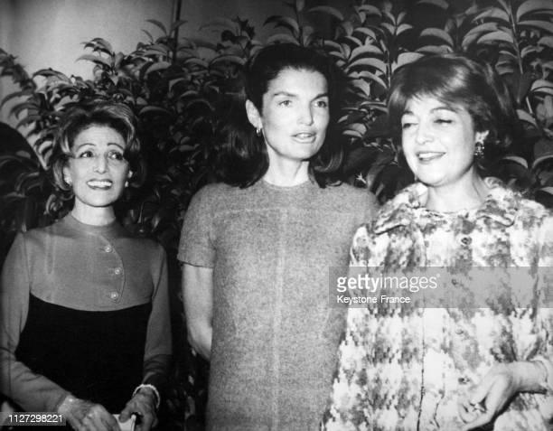 Jackie Onassis entourée de ses deux bellessoeurs Artemis Garoufalidi et Meropi Konialides à son arrivée le 2 novembre 1968 à Athènes Grèce