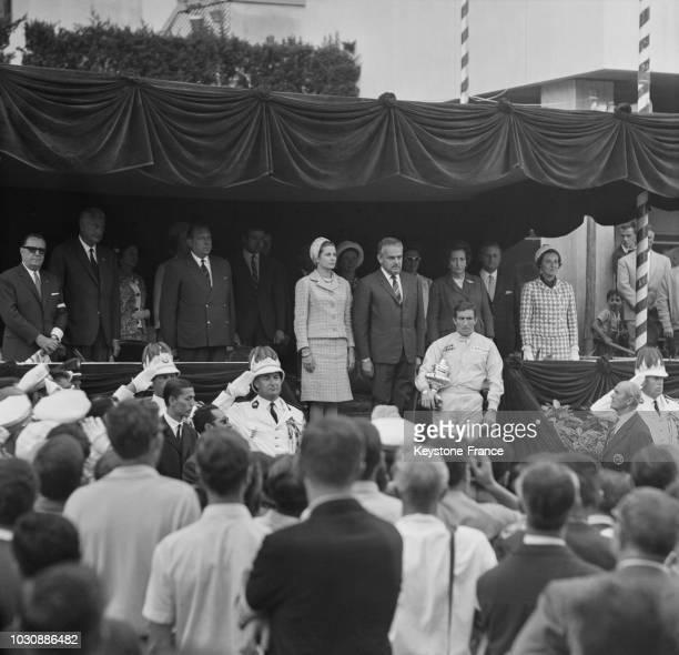 Jackie Stewart a reçu la Coupe de vainqueur du Grand Prix automobile de Monaco des mains de la princesse Grace le 23 mai 1966 à Monaco