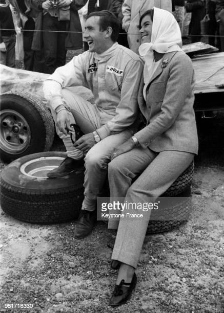 Jackie Stewart et sa femme Helen sur le circuit de Brands Hatch à Fawkham en Angleterre au RoyaumeUni le 14 juillet 1966