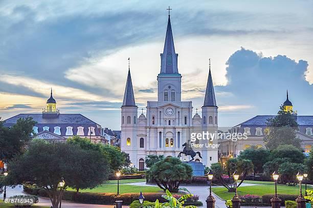jackson square and st louis cathedral - nueva orleans fotografías e imágenes de stock