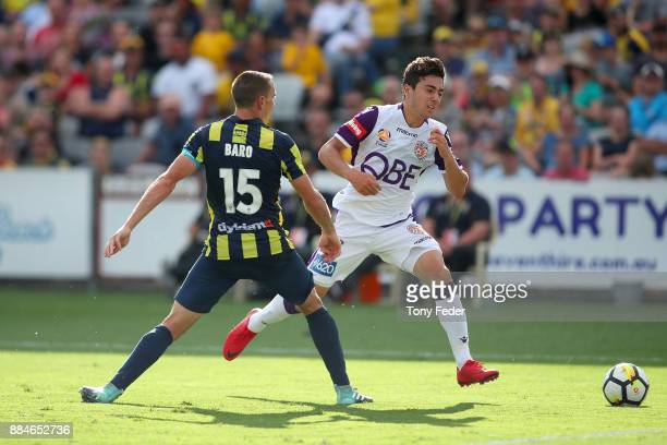 Jacob Italiano of the Glory contests the ball with Alan Baro of the Mariners during the round nine ALeague match between the Central Coast Mariners...