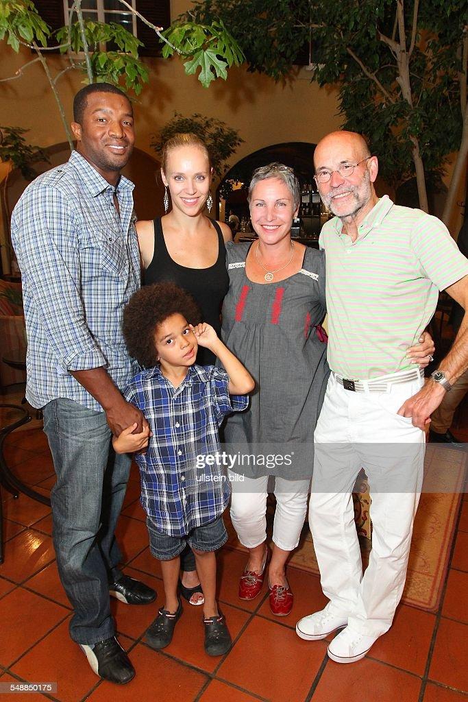 Jacob, Katerina - Actress, Germany - with Partner Jochen Neumann (r.), Daughter Josephine (2.v.l.), her Partner Roger Cross (l.) and Son Kaniel : News Photo