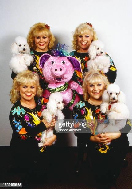 """Jacob Sisters, deutsche Gesanggruppe, bestehend aus den Schwestern Johanna, Rose, Eva und Hannelore, hier mit ihren Pudeln und der Puppe """"Sau Sanne"""",..."""