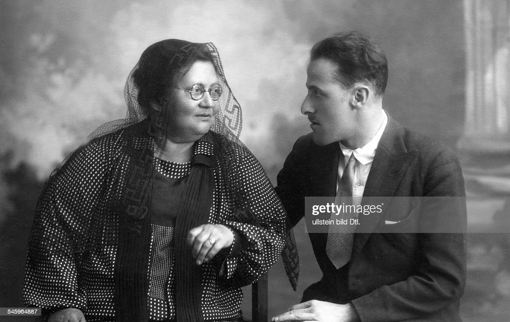 Jacobo Sureda, (*1901-1935+) painter, poet, Majorca / Spain, with German gallery owner Johanna Ey (*04.03.1864-27.08.1947) in Palma, April 1927 published in Querschnitt 12/1928 : News Photo