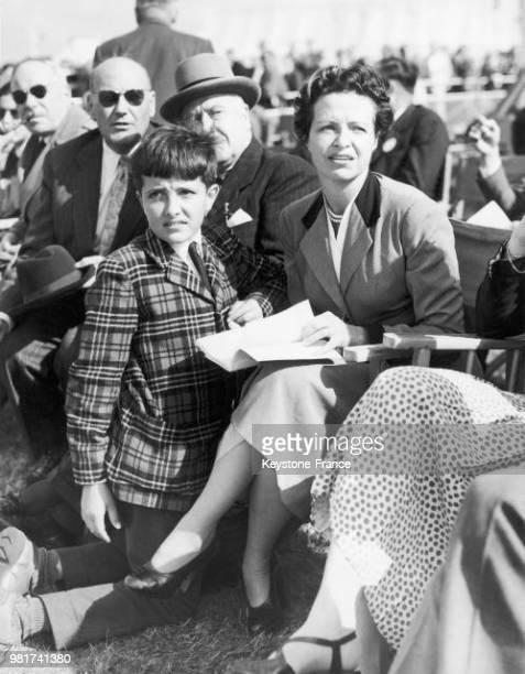 Jacqueline Auriol et son fils JeanPaul assistent au salon aéronautique de Farnborough en Angleterre au RoyaumeUni le 9 septembre 1953