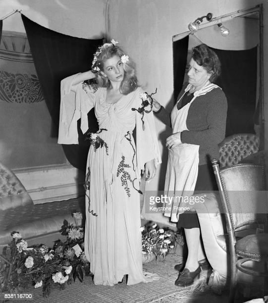 Jacqueline Bouvier et son habilleuse dans sa loge avant d'entrer sur scène à Paris France en 1946
