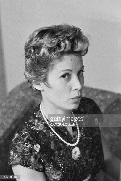 Jacqueline Joubert. Janvier 1957, portrait de de Jacqueline JOUBERT actrice et speakrine à la télévision française. Elle porte une robe à manches...