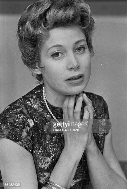 Jacqueline Joubert. Janvier 1957, portrait de Jacqueline JOUBERT actrice et speakrine à la télévision française. Elle porte une robe à manches...