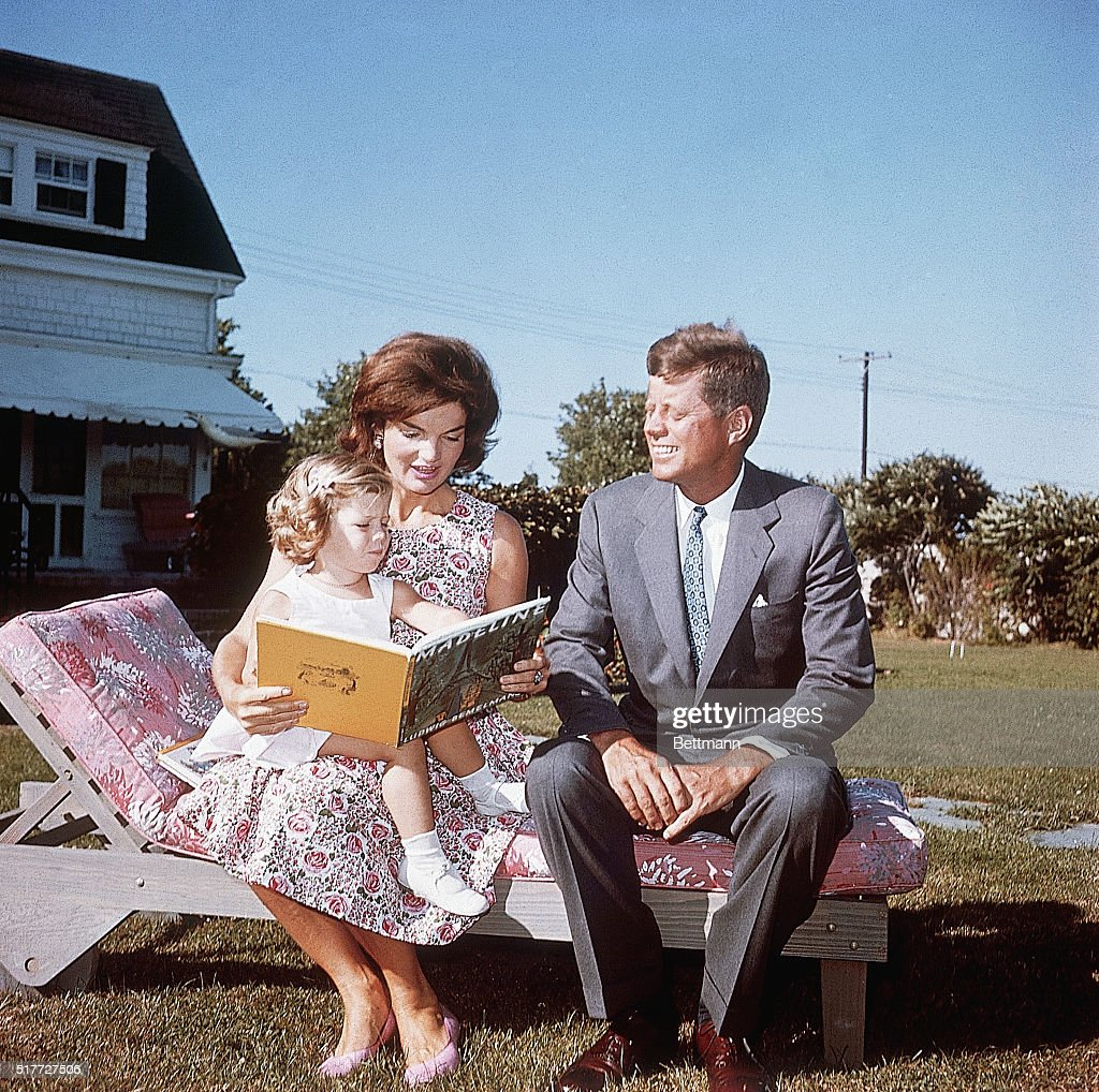 Jacqueline Kennedy Reading to Her Daughter Caroline : Photo d'actualité