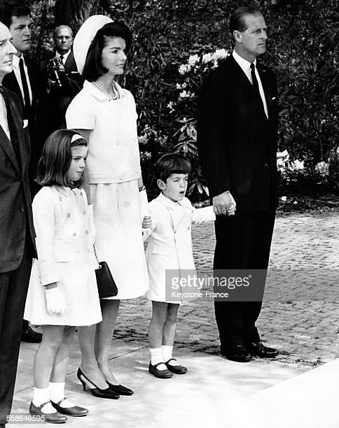 Jacqueline Kennedy et ses deux enfants, Caroline et John, et le Prince Philip debout devant le Mémorial Kennedy pendant la cérémonie d'inauguration,...